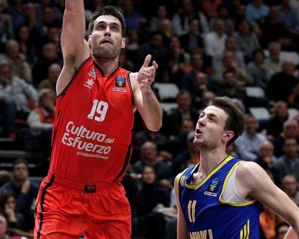 En esta foto podemos ver al Jugador del València Fernando San Emeterio haciendo una entrada a canasta ante la tímida oposición de un defensor del Jímki ruso