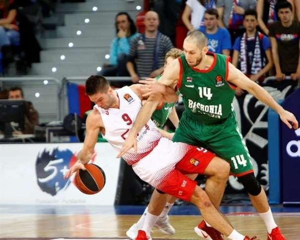 En esta foto podemos ver cómo el ala-pívot francés del Baskonia ACB frena al base lituano del Milan italiano