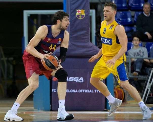 En esta foto podemos ver al pívot croata del Barcelona, Ante Tómitch, en una acción de juego, cerca de la canasta