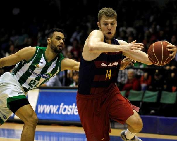 En esta foto, facilitada por la ACB, podemos ver a Aleksandar Vezenkov superando a Trent Lockett, Jugador del Sevilla