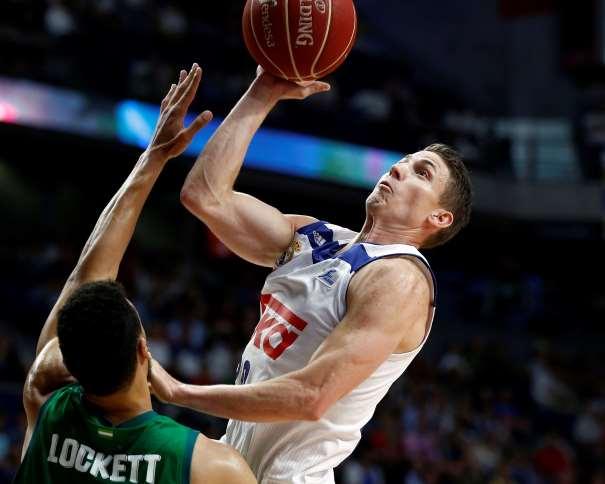 En esta foto, facilitada por la Liga ACB, podemos ver al escolta del Madrid, Jaycee Carroll, en una acción de tiro, mientras intenta ser defendido por Lockett, del Sevilla. Si nos fijamos en la mano izquierda del atacante, parece como si estuviera contactando con la cara del defensor