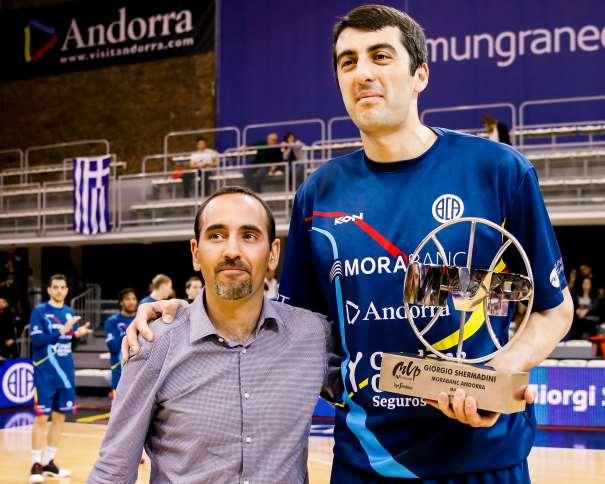 """En esta foto podemos ver al Pívot georgiano del Andorra, Giorgi Shermadini, recibiendo el trofeo de MVP del mes de marzo en la Liga ACB 2016-2017 (""""impar"""", """"de 17"""")"""