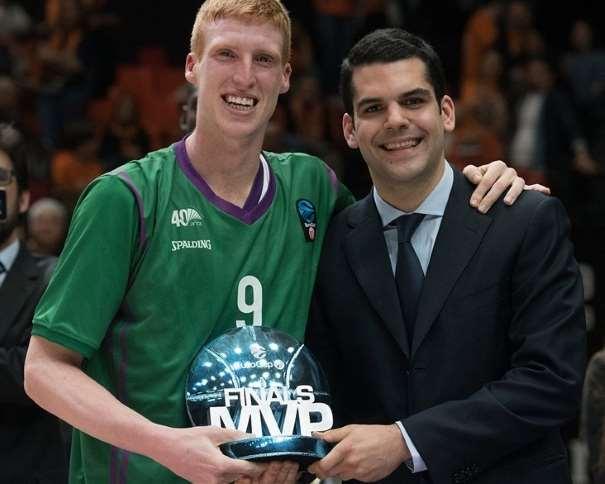 En esta foto podemos ver al base malagueño del Málaga ACB, Alberto Díaz, con el trofeo al MVP del Playoff Final de la EuroCup 2017