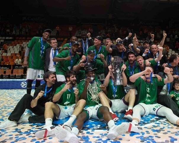 """En esta foto podemos ver a los Jugadores, Entrenadores y resto del Equipo del Málaga ACB celebrando el Título de Campeón de la EuroCup 2016-2017, lo que supone su Clasificación para poder disputar la Segunda EuroLeague """"de Todos contra Todos"""", la de la Próxima Temporada 2017-2018"""