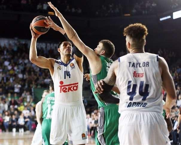 En esta foto, facilitada por la Euroliga de Baloncesto, podemos ver al pívot mejicano del Madrid, Gustavo Ayón, intentando evitar el tapón de un defensor del Darüşşafaka. También podemos ver al exterior sueco-estadounidense Jeffery Taylor