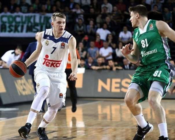 """En esta foto, facilitada por la Euroliga de Baloncesto, podemos ver al joven esloveno del Madrid, Lúka Dónchitch, a puntito de """"atacar"""", con bote, con mano derecha, a un Defensor del Darüşşafaka"""