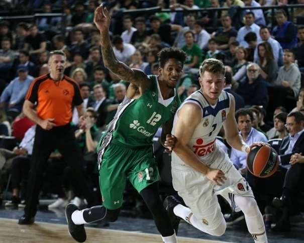 En esta foto, facilitada por la Euroliga de Baloncesto, podemos ver al joven esloveno del Madrid, Lúka Dónchitch, Superando, con bote, con mano izquierda, a un Defensor del Darüşşafaka, Will Clyburn