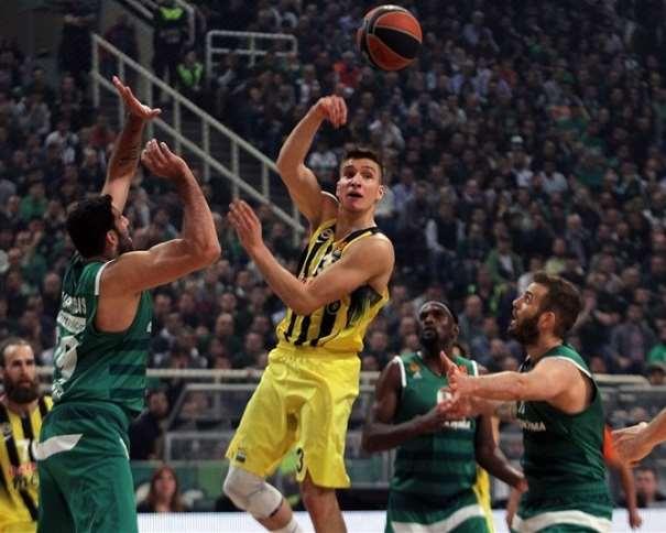 En esta foto, facilitada por la propia Euroliga de Balocesto, podemos ver al Jugador Exterior serbio del Fenérbajche turco, Bogdan Bogdanovitch, pasando el balón, con su mano derecha, por encima de su cabeza, rodeado de defensores del griego Panazinaikós
