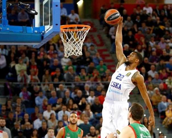 En esta foto, facilitada por la Euroliga de Baloncesto, podemos ver al Jugador Exterior del TsSKA de Moscú, al estadounidense Cory Higgins, a puntito de hacer un mate, sin que ningún defensor del Baskoia pueda hacer nada por evitarlo