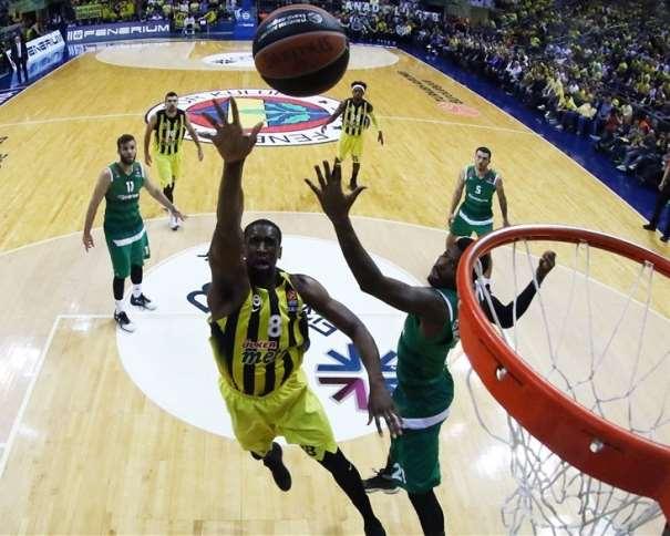 En esta foto, facilitada por la Euroliga de Baloncesto, podemos ver al Jugador Interior del Fenérbajche turco, al estadounidense Ekpe Udoh haciendo una entrada a canasta, a puntito de anotar, sin que ningún defensor del Panazinaikós pueda hacer nada por evitarlo
