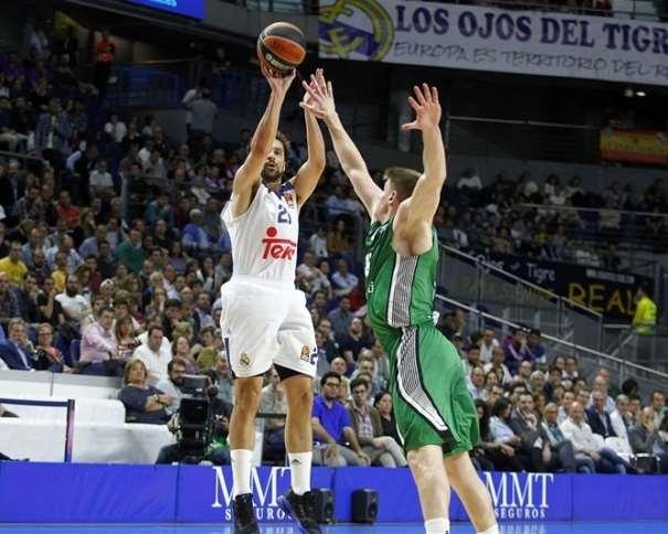 En esta foto, facilitada por la Euroliga de Baloncesto, podemos ver a Sergio Llull ejecutando un lanzamiento a canasta ante la oposición de un Defensor del Darüşşafaka