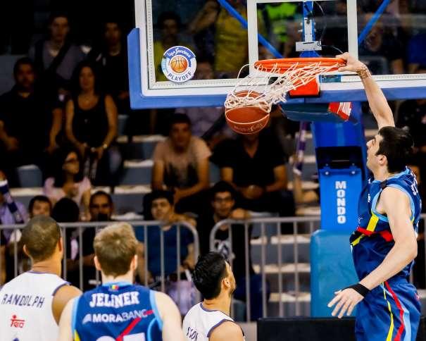 En esta foto, facilitada por la Liga ACB de Baloncesto, podemos ver al Pívot Georgiano del Andorra, Giorgi Shermadini haciendo un mate sin que ningún jugador del Madrid pueda llegar a hacer nada por evitarlo