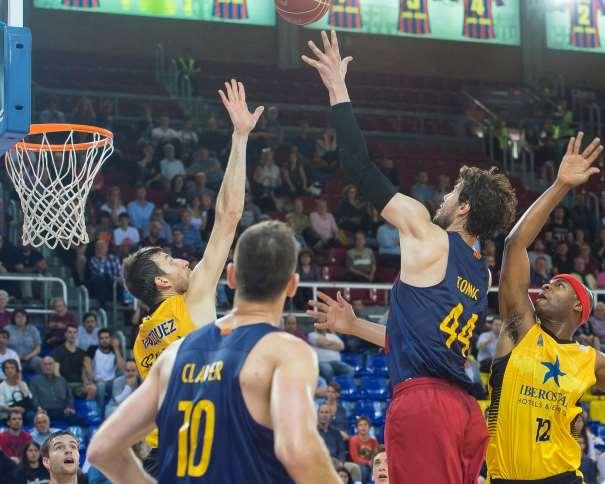 En esta foto, facilitada por la ACB, podemos ver como Ante Tomitch supera, por elevación, con su mano izquierda, a cuantos Jugadores del Tenerife intentan evitar que consiga Anotar, Fran Vázquez incluido