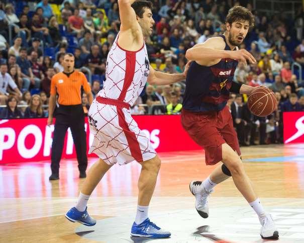 En esta foto, facilitada por la Liga ACB, podemos ver al Pívot croata del BarCelOna, Ante Tómitch, tratando de superar a Blagota Sekulitch, del Fuenlabrada