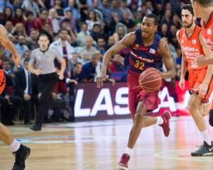 En esta foto, facilitada por la Liga ACB de Baloncesto, podemos ver a Alex Renfroe, Base del Barcelona, progresando, con bote, con mano izquierda, entre 3 Jugadores del València, sin que ninguno de ellos pueda hacer nada por detenerlo