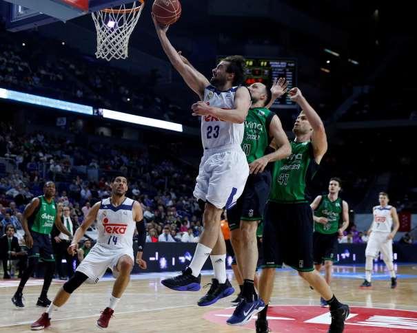 En esta foto, facilitada por la ACB, podemos ver a Sergio Llull superando, con una entrda a canasta, con su mano derecha, a todos os jugadores del Joventut