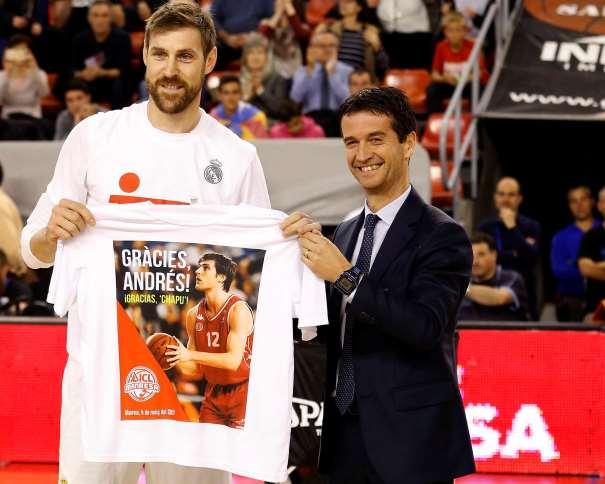 """En esta foto, facilitada por la Liga ACB, podemos ver a Andrés """"Chapu"""" Nocioni posando para los fotógrafos, mostrando el frontal de la camiseta recibida sujetándola con sus propias manos"""