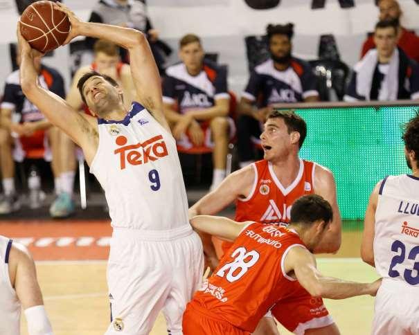 En esta foto, facilitada por la Liga ACB, podemos ver a Felipe Reyes capturando un rebote, rodeado por 2 Jugadores del Manresa. También podemos ver a su compañero de Equipo, a su compañero del Madrid, Sergio Llull
