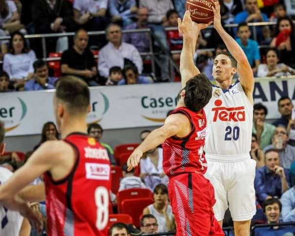 En esta foto, facilitada por la Liga ACB, podemos ver al escolta del Madrid, Jaycee Carroll, ejecutando un lanzamiento a canasta, un tiro, sin que ningún jugador del Zaragoza pueda hacer nada para impedirlo, a pesar de intentar puntearlo, taponarlo