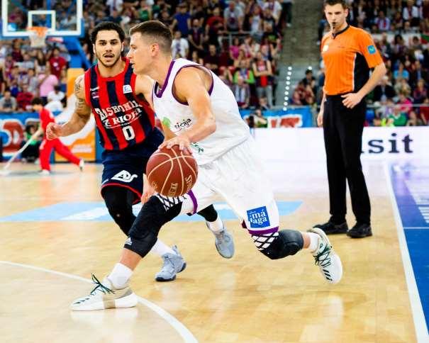 En esta foto, facilitada por la Liga ACB, podemos ver a Nemaña Nedovitch defendido por Shane Larkin, mientras bota el balón con su mano izquierda