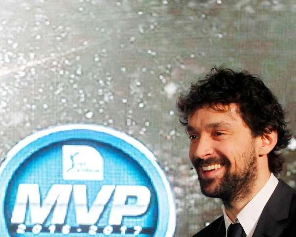 """En esta foto, facilitada por la Liga ACB de Baloncesto, podemos ver al base-escolta balear del Madrid, Sergio Llull, sonriendo junto al Logo de MVP de la Liga Regular ACB 2016-2017 (""""impar"""", """"de 17"""")"""