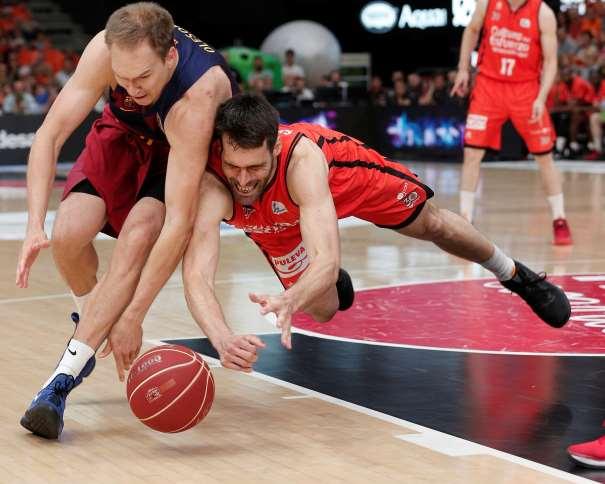 En esta foto, facilitada por la Liga ACB de Baloncesto, podemos ver al MVP del Partido, Fernando San Emeterio, jugador del València, intentando conseguir el control del balón