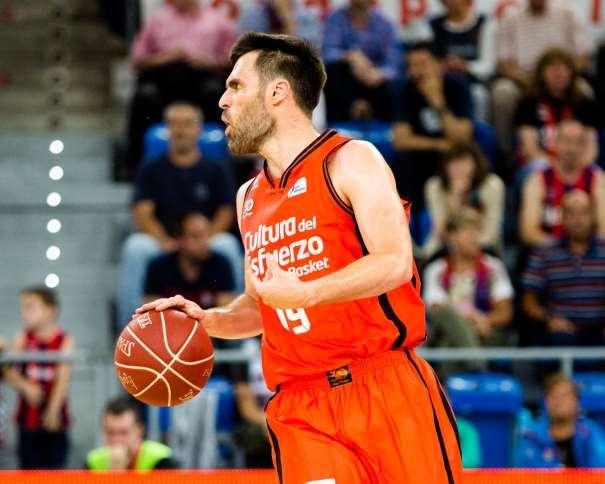 En esta foto, facilitada por la Liga ACB de Baloncesto, podemos ver al Jugador Exterior del València, Fernando San Emeterio, conduciendo en balón con su mano derecha, sin defensores del Baskonia cercanos
