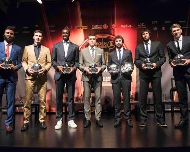 En esta foto, facilitada por la Euroliga de Baloncesto, podemos ver a los 5 integrantes del Quinteto Ideal, acompañados del Rising Star, Lúka Dónchitch, y del Máximo Anotador