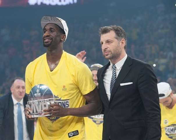 En esta foto, facilitada por la Euroliga de Baloncesto, podemos ver al MVP de la Final Four 2017 de Estambul, Ekpe Udoh, en el momento en el que se le entrega su trofeo como tal