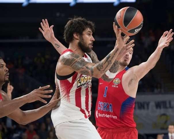 En esta foto, facilitada por la Euroliga de Baloncesto, podemos ver al Mejor Ala-Pívot de la Competición, Giorgos Printezis, a quien intenta parar Nando de Colo después de que ya se haya ido de Kyle Hines