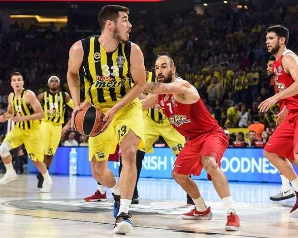 En esta foto, facilitada por la Euroliga de Baloncesto, podemos ver a Nikola Kalinitch defendido por Vasílis Spanúlis