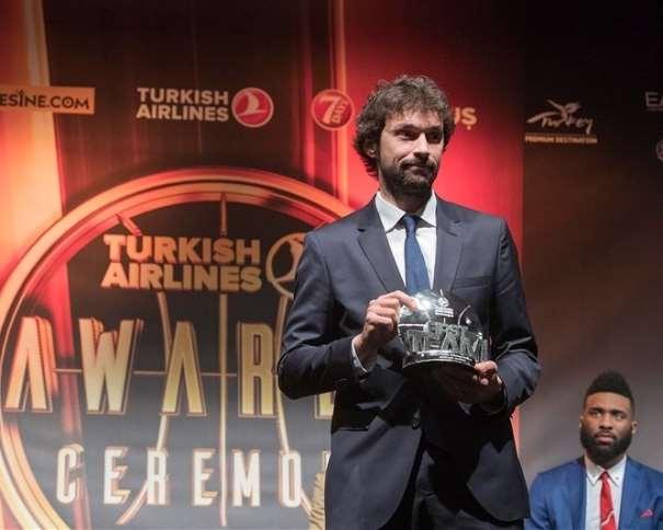 En esta foto, facilitada por la Euroliga de Baloncesto, podemos ver a Sergio Llull con el trofeo recibido como integrante del Quinteto Ideal de la Temporada y cara de circunstancias