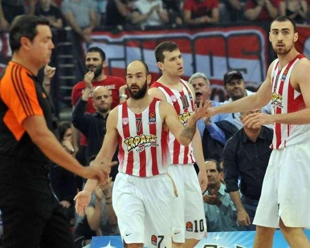 En esta foto, facilitada por la Euroliga de Baloncesto, podemos ver a Vasílis Spanúlis junto a un par de compañeros del Olympiacós y a uno de los árbitros del Único Partido de la Quinta Jornada de los Playoffs 2017