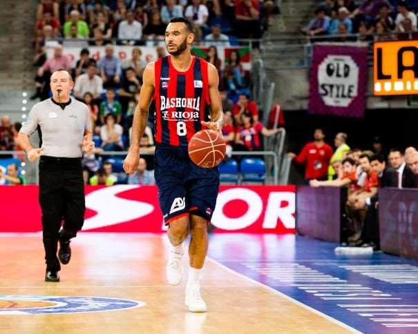 En esta foto, facilitada por la Liga ACB de Baloncesto, podemos ver al Jugador Exterior del Baskonia, Ádám Hanga, conduciendo el balón, con bote con mano izquierda