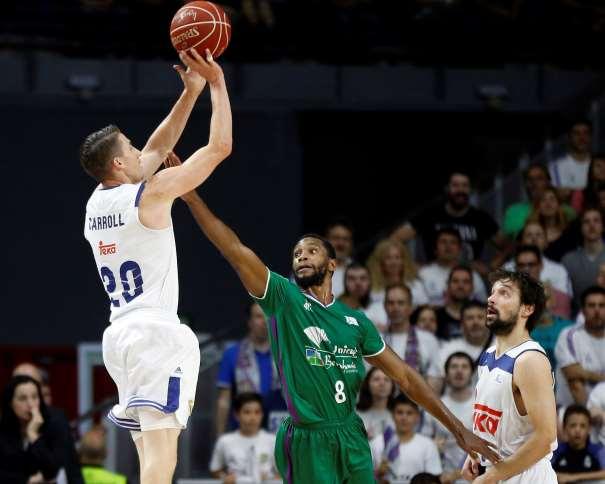 En esta foto, facilitada por la Liga ACB de Baloncesto, podemos ver al jugador estadounidense del Madrid, Jaycee Carroll, ejecutando un lanzamiento a canasta sin que ningún defensor del Málaga pueda hacer nada por impedirlo, sin que lleguen a puntearlo