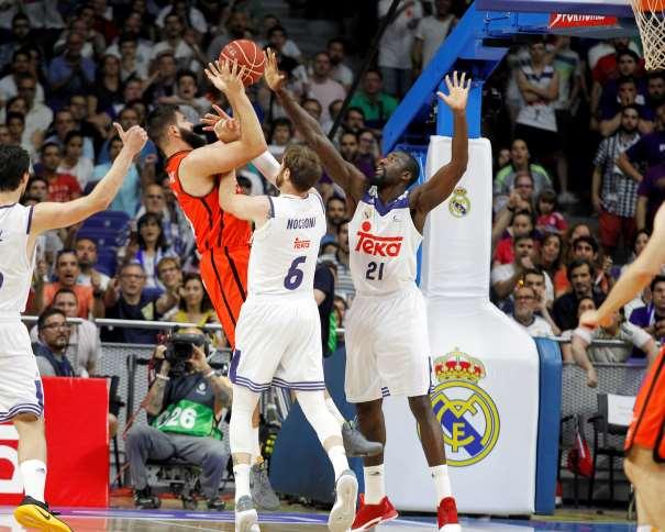 En esta foto, facilitada por la Liga ACB de Baloncesto, podemos ver cómo el argentino del Madrid, Andrés Chapu Nocioni comete Falta sobre el montenegrino del València Boian Dubllevitch