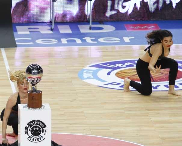 """En esta foto, facilitada por la liga ACB de Baloncesto, podemos ver a 2 de las Cheeleaders del Madrid en los momentos Previos al Inicio del Primer Partido del Playoff Final de la Liga ACB 2016-2017 (""""impar"""", """"de 17"""")"""