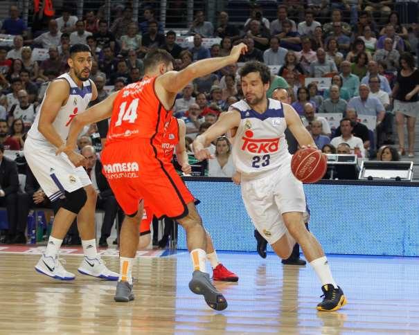 En esta foto, facilitada por la Liga ACB de Baloncesto, podemos ver cómo Sergio Llull intenta Superar a Boian Dubllevitch, mientras Gustavo Ayón observa la jugada