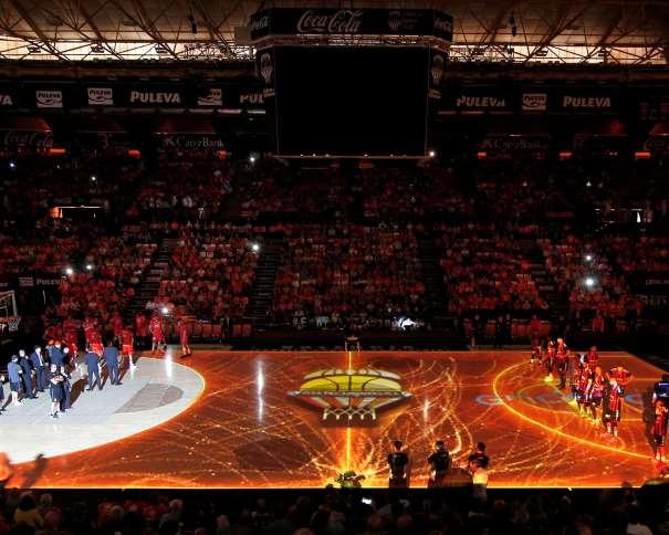 """En esta foto, facilitada por la Liga ACB de Baloncesto, podemos ver un momento de las Presentaciones del València y del Baskonia Previas al Partido de la Tercera Ronda de los Playoffs de Semifinales de la Liga ACB 2016-2017 (""""impar"""", """"de 17"""")"""