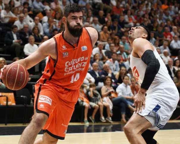 """En esta foto, facilitada por la Liga ACB de Baloncesto, podemos ver a Boian Dubllevitch, MVP del Tercer Partido del Playoff Final de la Liga Regular ACB 2016-2017 (""""impar"""", """"de 17""""), con 21 de Valoración, yéndose de la Defensa del Madrid, de Gustavo Ayón"""