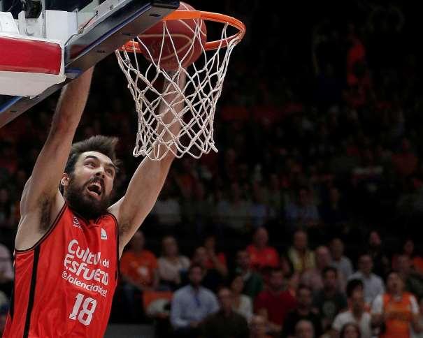 En esta foto, facilitada por la liga ACB de Baloncesto, podemos ver al Jugador Interior del València, Pierre Oriola, haciendo un Mate, sin oposición por parte de ningún jugador del Baskonia