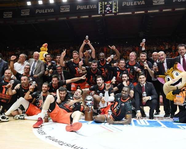 En esta foto, facilitada por la Liga ACB de Baloncesto, podemos ver al València (Jugadores, Entrenadores...) celebrando que son el Nuevo Campeón de la Liga ACB