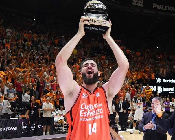 En esta foto, facilitada por la Liga ACB de Baloncesto, podemos ver a Boian Dubllevitch levantando el trofeo de MVP del Playoff Final ACB, con ambas manos