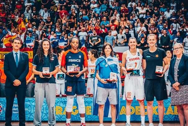 En esta foto, facilitada por la FIBA, Federación Internacional de Baloncesto, podemos ver a las 5 Jugadoras integrantes del Quinteto Ideal del EuroBasket Femenino 2017, integrado por Evanthia Maltsi, Alba Torrens, Cecilia Zandalasini, Emma Meesseman y Endene Miyem, posando para la foto
