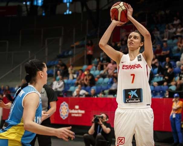 En esta foto, facilitada por la FIBA, Federación Internacional de Baloncesto, podemos ver a la MVP del Segundo Partido de la Selección Femenina FEB 2017 en el EuroBasket, Alba Torrens, ejecutando un lanzamiento a canasta sin que la defensora de Ukrania pueda hacer nada por evitarlo