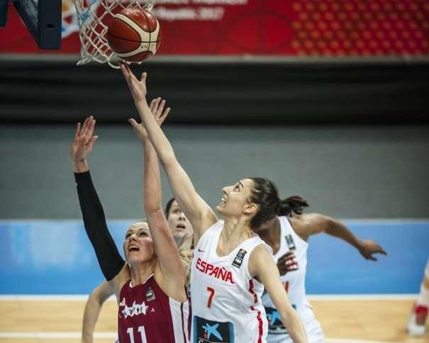 En esta foto, facilitada por la FIBA, Federación Internacional de Baloncesto, podemos ver a la MVP del Tercer Partido de Cuartos de Final del EuroBasket, Alba Torrens, ejecutando una entrada a canasta sin que ninguna defensora de Letonia pueda hacer nada por evitarlo