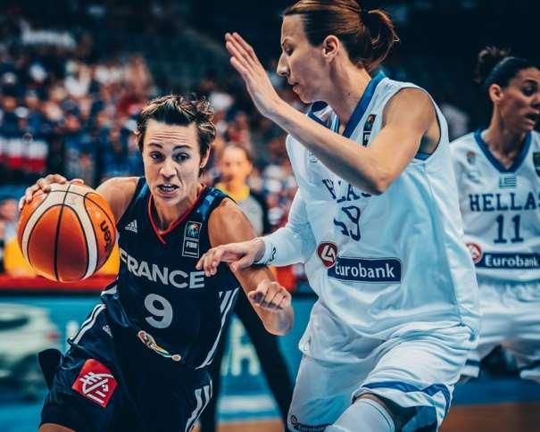 En esta foto, facilitada por la FIBA, Federación Internacional de Baloncesto, podemos ver a la Base de la Selección de la República Francesa, Céline Dumerc, tratando de irse, con bote, con mano derecha, de una defensora de la Selección de la República Helénica en el Segundo Partido de las Semifinales del EuroBasket Femenino 2017
