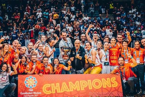 En esta foto, facilitada por la FIBA, Federación Internacional de Baloncesto, podemos ver a la Selección Campeona de este EuroBasket Femenino 2017, el un momento de la celebración, posando para la foto con el Cartel de Campeonas