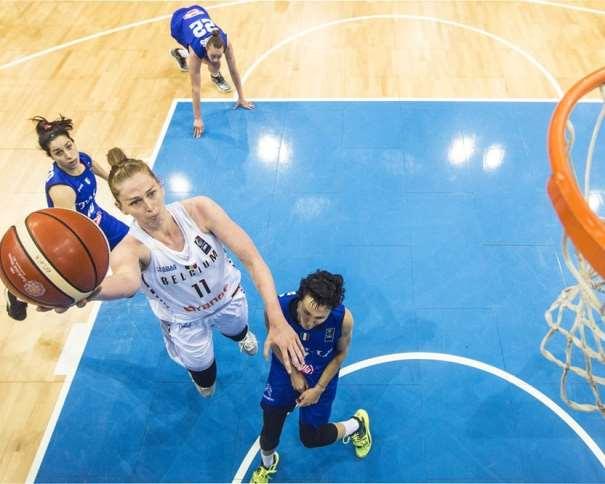 En esta foto, facilitada por la FIBA, Federación Internacional de Baloncesto, podemos ver a la MVP del Primer Partido de Cuartos de Final del EuroBasket, Emma Meesseman, MVP de estos Cuartos de Final, ejecutando una entrada a canasta sin que ninguna defensora de Italia pueda hacer nada por evitarlo