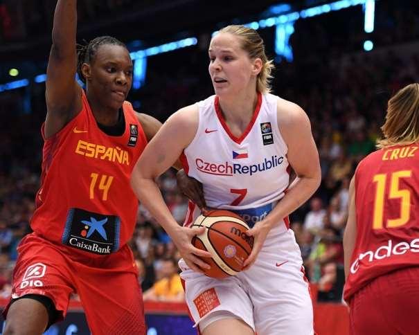 En esta foto, facilitada por la FIBA, Federación Internacional de Baloncesto, podemos ver a la Sancho Lyttle tratando de a Alena Hanushovaa en el partido disputado contra la República Checa en la Tercera Jornada de este EuroBasket Women FIBA 2017